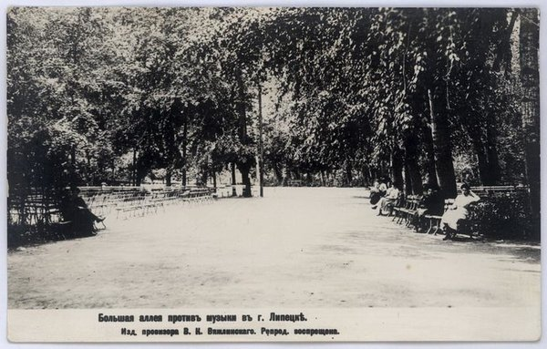 Большая аллея напротив музыки в Нижнем Парке